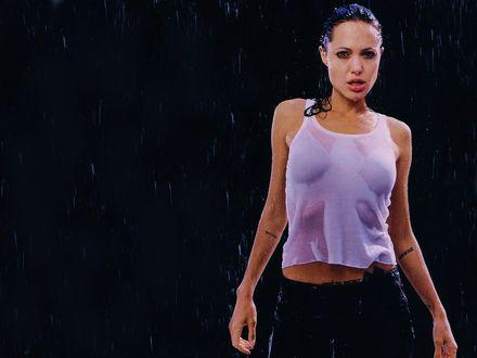 Обои Angelina Jolie стоит под проливным дождем, у нее намокли волосы и одежда