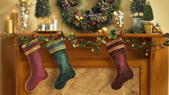 Обои Рождественские носки прибитые к каминной полке