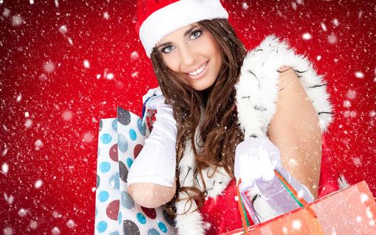 Обои Очень позитивная и красивая снегурочка с покупками в руках, явно ходила за подарками