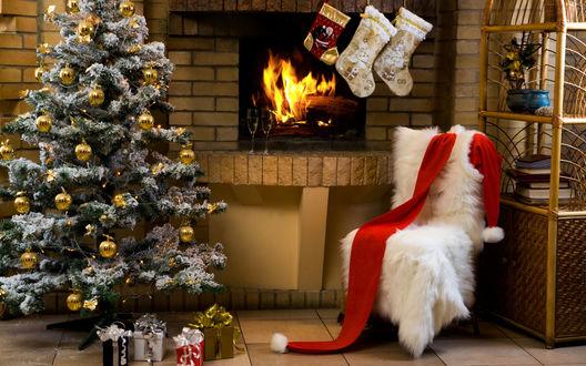 Обои В доме ожидание праздника, наряжена новогодняя ёлка, под которой стоят подарки, над камином висят носки для подарочков от Санты, на полке приготовленно шампанское в бокалах, на стуле Санта забыл свой шарфик...