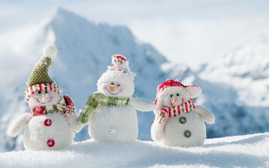 Обои Три снеговика в снегу