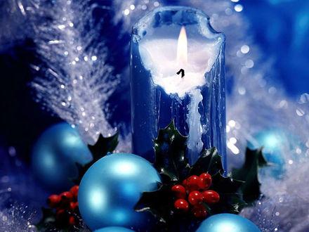 Обои Синие новогодние шары и свеча