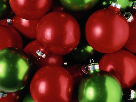 Обои Красные и зелёные новогодние шары