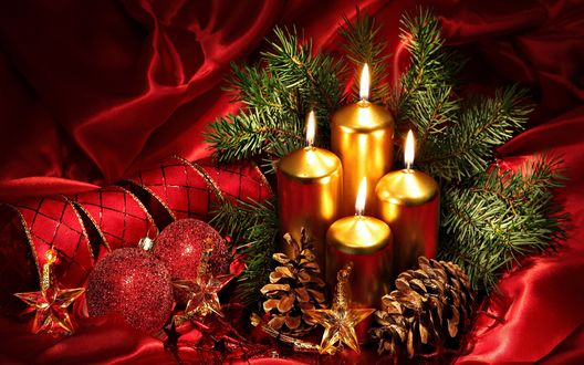 Обои Новогодние шарики и свечи с шишками