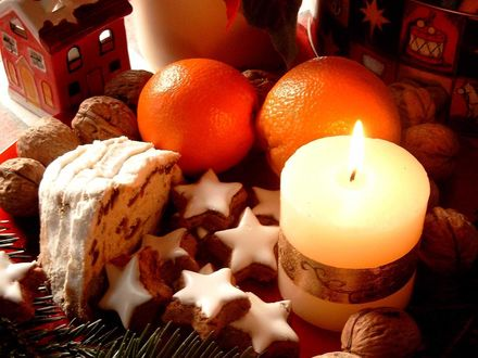 Обои Игрушечный домик, апельсины, торт и грецкие орехи со свечкой