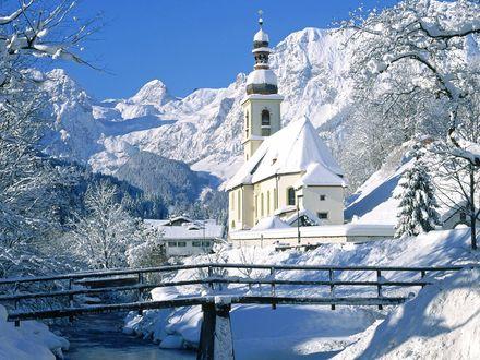 Обои Церковь, стоящая далеко в горах, среди огромного количества снега