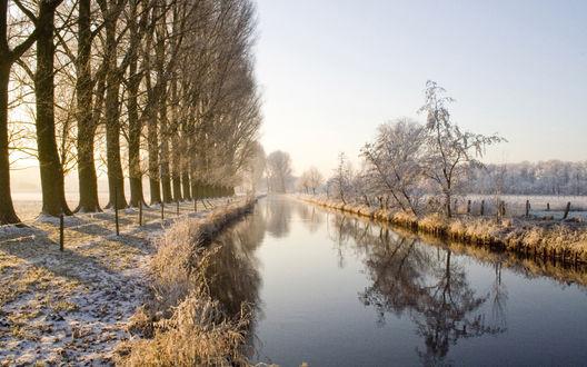 Обои Ровная и гладная река посреди замёрзшего поля