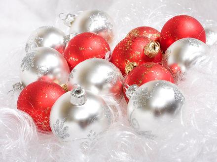 Обои Красные и серебрянные шарики для ёлки