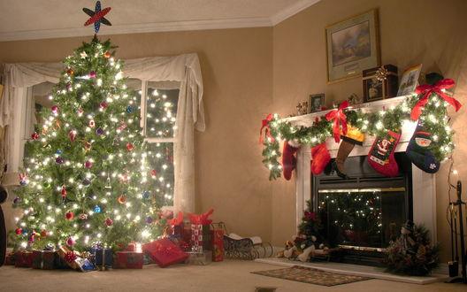 Обои Красиво украшенная под Новый год комната-ёлочка  с игрушками, над камином носки с подарками