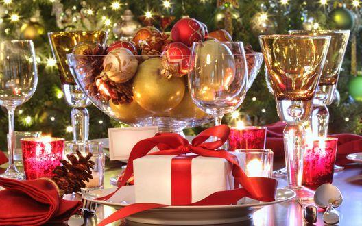 Обои Красиво украшенный новогодний стол-игрушки, шишки, подарки, свечи и бокалы с шампанским