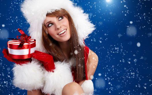 Обои Красивая Снегурочка с подарком под снегом
