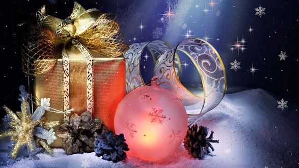 Обои Новогодний подарок рядом с ёлочными украшениями