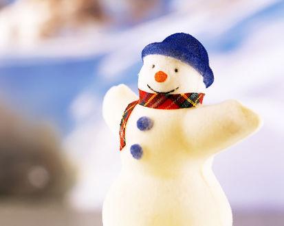 Обои Маленький снеговичёк в шарфике