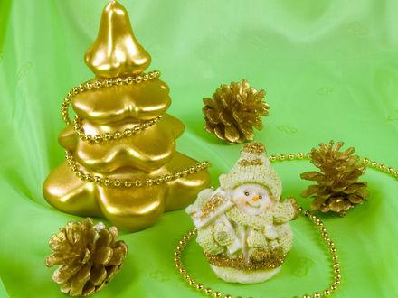 Обои Новогодние игрушки-ёлочка, шишки и снеговичок, очень позитивно.