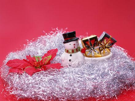 Обои Игрушечный снеговичок рядом с новогодними подарками