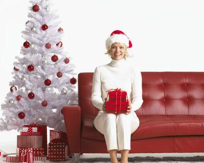 Обои Рвдостная Снегурочка с новогодним подарком в руках