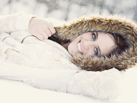 Обои Девушка лежит на снегу