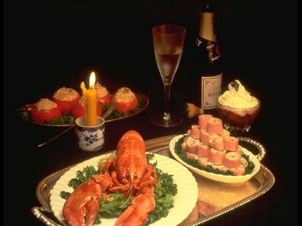 Обои Ужин при свечах, огромный лобстер, суши, фаршированные помидоры, десерт и белое вино...