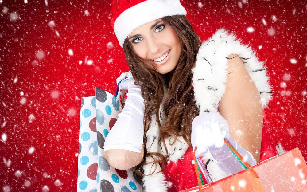 Обои для рабочего стола Очень позитивная и красивая снегурочка с покупками в руках, явно ходила за подарками