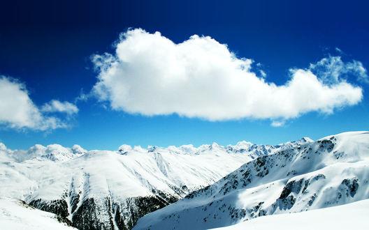 Обои Вершины гор в снегу и облако