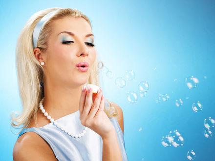 Обои Девушка пускает мыльные пузыри