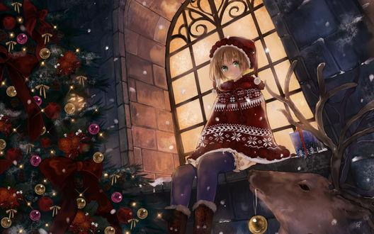 Обои Снегурка сидит на подоконнике и с восторгом смотрит на сказачно украшенную ёлочку и  оленя, который принёс шарик, чтобы елка стала ещё лучше