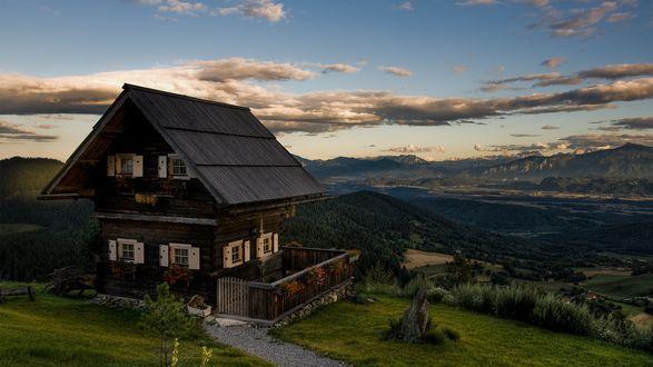 Обои Двухэтажный домик странного вида расположен в долине.. на краю долины дивной красоты горы