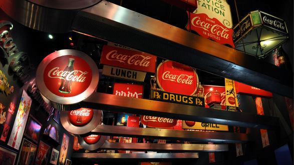 Обои Вывески компании кока-кола... похоже на музей посвященный этому бредовому напитку (Coca-Cola, drink in bottles, lunch, drugs, grill)