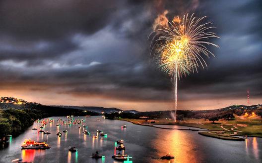 Обои Праздничный вечер... река с яхтами и лодками, на берегу запускают фейерверк, от которого, кажется, горит небо...