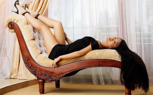 Обои Красавица на стуле