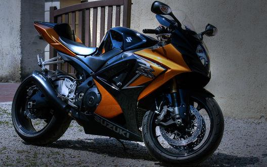 Обои Оранжевый мотоцикл Suzuki