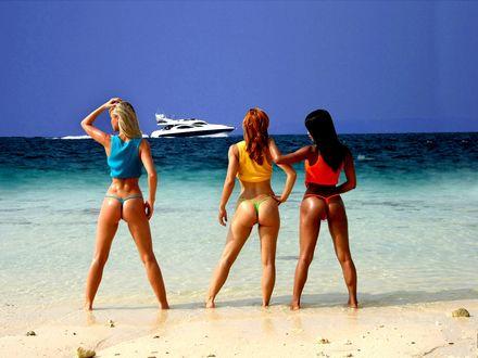 Обои три девушки на фоне моря