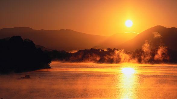Обои Закат над туманным озером