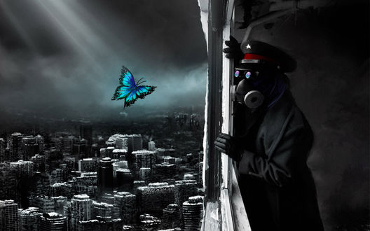 Обои Romantically apocalyptic.  Мужчина в противогазе и в фуражке со звёздочкой смотрит вниз, на разрушенный город, а на фоне мрачного, серого неба порхает ярко раскрашенная бабочка (21декабря 2012 года.)