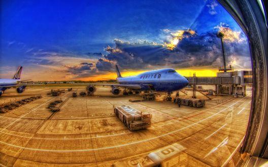 Обои Вид на взлётную полосу из здания аэропорта, самолёт компании United