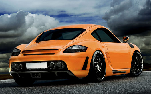 Обои Оранжевая машина на фоне пасмурного неба