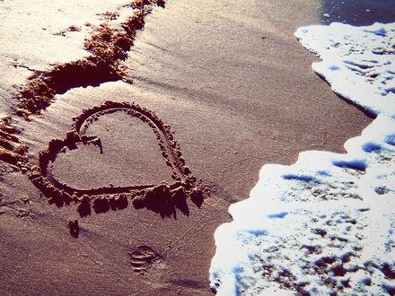 Обои Сердце на песке вот-вот размоет волнами
