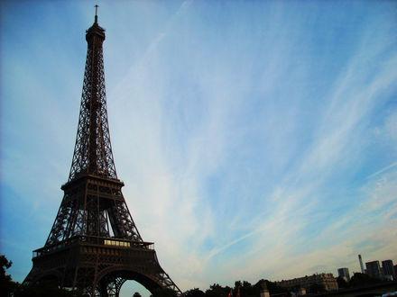 Обои Эйфелева башня на фоне неба