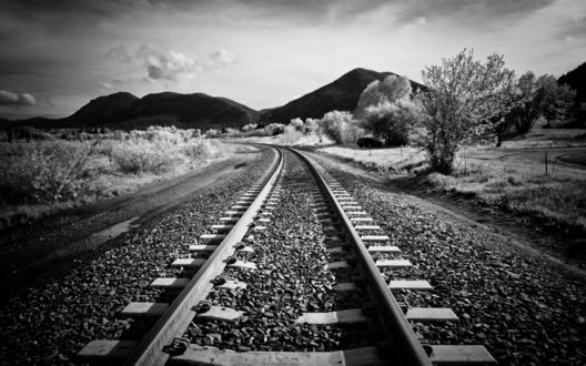 Обои Железная дорога среди холмов и деревьев, сфотографированная инфрокрасной камерой