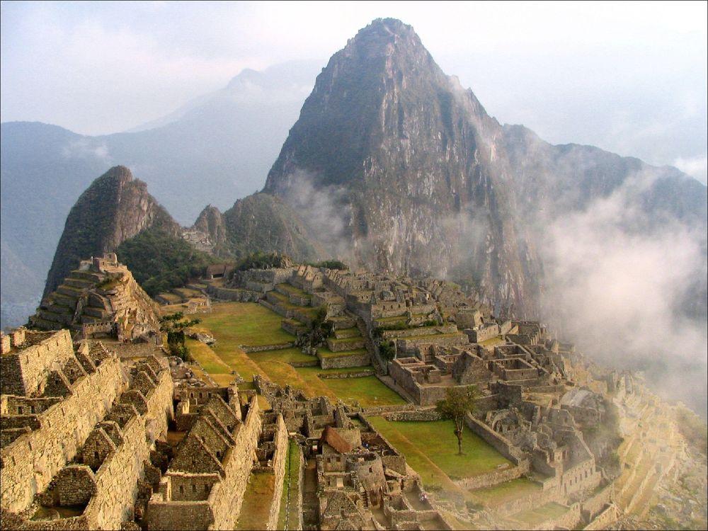 Обои для рабочего стола Древний город спрятанный между вершинами гор