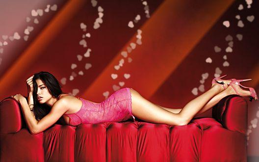 Обои Девушка в розовом пеньюаре растянулась на диванчике