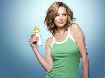 Обои Катрин Хейгл (Katherine Heigl) с бутылочкой смеси для ребёнка