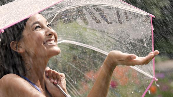 Обои Счастливая девушка под прозрачным зонтом