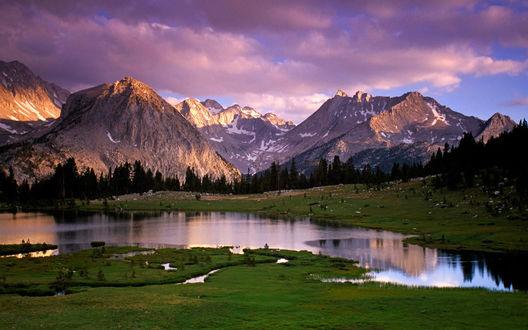 Обои Скалистые горы, и тихая, маленькая речушка