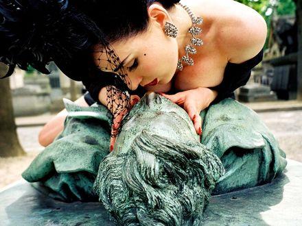 Обои Dita Von Teese целует памятник мужчины