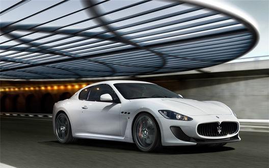 Обои Белая машина (Maserati GranTurismo MC Stradale) мчится по дороге