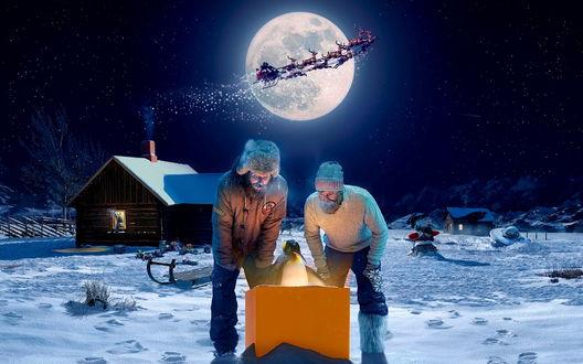 Обои Двум мужичкам в подарок на рождество на северный полюс Санта Клаус прислал пингвина