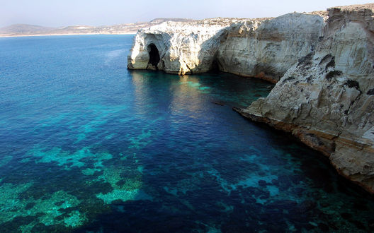 Обои Прозрачное море и скалы