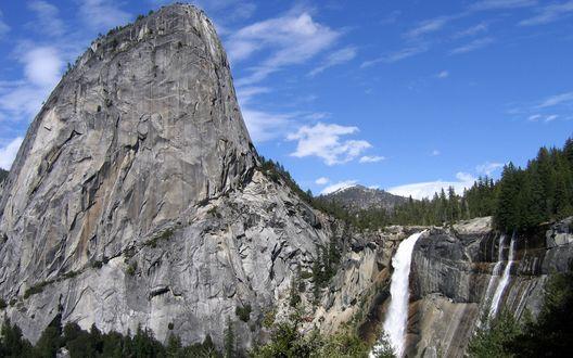 Обои Живописная скала и водопад