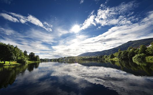 Обои Рябь на реке в яркий солнечный день
